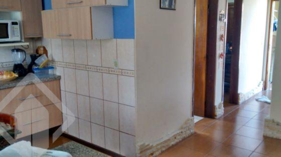 Casaa bem conservada, com apenas 5 anos de uso a principal e a dos fundos com 3 anos de uso. Trata-se de uma casa(principal) com medidas de 6,50m²X9,00, sendo sala com pedra caxambú e cerâmica 'canjiquinha' com iluminação decorativa dicróica e cozinha americana pré moldada(gastos 6 mil reais só na cozinha), a mureta que separa a sala da cozinha mede 2,50 de comprimento com pedra em granito em formato de 'L' e tijolo à vista com três luminárias.  Não perca essa oportunidade, agende agora sua visita para este ou qualquer outro imóvel através dos telefones em destaque. Auxiliadora Predial Central Parque. Dois quartos um pequeno e um médio e mais o escritório, podendo ser o terceiro quarto; e Banheiro com box. Na parte externa: Na frente avança uma varanda de 1,50X9,00(extenção da casa+garagem) e garagem de 2,50X 9,00(com passagem para a parte dos fundos); E lavanderia localizada na parte dos fundos junto a casa. Toda a casa com piso cerâmico imitando madeira, banheiro todo azuleijado e cerâmica em meia parede da cozinha. A segunda casa(nos fundos na diagonal esquerda) medindo 8,00X4,00, com cozinha/sala, banheiro e quarto bem amplo. Toda a casa com piso cerâmico tipo tabuleiro de damas, banheiro todo azuleijado e com box, e mesa feita em pedra granito. Todo o restante do pátio com britas, três enxertos frutíferos e portão automatizado(inclusive da entrada do condomínio). Vale a pena