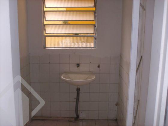 Sala comercial em Porto Alegre, no bairro Floresta, de frente, em local de muito fluxo e movimento grande, com peças amplas, área de 92m², ótima para escritório, consultório, pois dispõe de 05 peças, banheiro, cozinha. Fica á 50m² da Cristóvão, 100m² da Independência, é um achado. Possibilidade de locação de garagem nas proximidades. Não perca tempo, você que procura um bom local para montar seu negócio, já encontrou.  Aproveite essa barbada e não perca esse negócio!  Agende sua visita com Corretor Licenciado!! Também disponível pelo WhatsApp ao lado!!