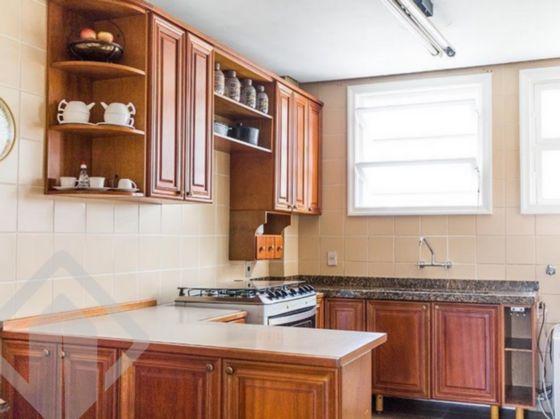 AUXILIADORA PREDIAL 24 DE OUTUBRO VENDE COBERTURA NO CORAÇÃO DO BAIRRO MOINHOS DE VENTO EM PORTO ALEGRE.  Amplo imóvel com 296m2 privativos em andar alto, com uma vista magnífica de 360° e ótima orientação solar. No andar inferior é composto por 3 dormitórios, sendo 1 suíte, banheiro social com banheira de hidromassagem, living para 3 ambientes com sala de jantar, sala de estar e sala de tv, cozinha semi mobiliada, área de serviços com lavanderia e dependência de empregada separadas da cozinha. Na parte superior, outra sala de tb com lareira, amplo espaço gourmet com churrasqueira, lavabo e um lindo terraço com vista magnifica de Porto Alegre. 2 vagas de garagem escrituradas, individuais e cobertas. Prédio com portaria 24 horas, porteiro eletrônico, gás central e jardins.  Bairro de alto padrão, o Moinhos foi bastante modificado nos últimos anos, atráves da construção de muitos edifícios residenciais e com a grande expansão do comércio. Tal qual outras ruas da cidade, as ruas do Moinhos de Vento costumam ser bastante arborizadas, sendo que algumas se enquadram nos preceitos da  'Lei dos Túneis Verdes ', criada para proteger vias dessa categoria O Moinhos de Vento abriga ainda a Avenida Goethe e a Rua Fernando Gomes, conhecida como  'Calçada da Fama '. Ambas possuem atrações da noite porto-alegrense, como bares e restaurantes. Outra rua badalada do bairro é a Rua Padre Chagas, com diversos bares, restaurantes e lojas de marcas de luxo. Outra rua que se destaca pelo comércio é a Rua Vinte e Quatro de Outubro. Inaugurado em 1972, o Parque Moinhos de Vento, popularmente chamado de  'Parcão ', é frequentado para a prática de exercícios, além de ser cenário para várias atrações culturais. Ao lado do lago do parque, há uma réplica de um moinho açoriano onde um funciona uma biblioteca infantil. Outras opções de lazer incluem os clubes da Associação Leopoldina Juvenil e do Grêmio Náutico União.
