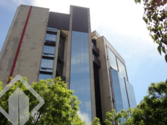 AUXILIADORA PREDIAL 24 DE OUTUBRO VENDE SALA COMERCIAL NO BAIRRO RIO BRANCO EM PORTO ALEGRE  Excelente sala comercial duplex com 43m2 privativos, 2 banheiros, sacada janelas do chão ao teto, muito iluminado e em andar alto. Prédio imponente com fachada em pele de vidro, granito e concreto, portaria 24 horas, 2 elevadores panorâmicos e vista exuberante. Facilidade de locação de garagem.  Diferenciando da maioria dos bairros da cidade, o Rio Branco não se desenvolveu ao redor de uma igreja, apesar ter uma capela, a de Nossa Senhora da Piedade, desde 1890. Isso deve-se, principalmente, pela população caracterizar-se por escravos, de origem africana, que costumavam praticar cultos trazidos de sua terra natal.  Beirando o Caminho do Meio (atual Protásio Alves), a área se limitava a meia dúzia de ruas, que se chamavam na época: rua Boa Vista (Cabral ), rua Casemiro de Abreu, rua Castro Alves, rua Venâncio Aires (Vasco da Gama), rua Liberdade e, mais tarde, rua Esperança (Miguel Tostes). Estas poucas ruas, nas noites quentes do verão, atraiam, misteriosamente, ³a malandragem da bacia do Mont?Serrat, do outro lado, e sitiava a praça para melhor farrear.´   A rua Esperança foi a que primeiro contribuiu para o desenvolvimento do Rio Branco. Provavelmente, a rua deve o seu nome à maior proprietária de terras dali, que aos poucos foi estruturando o bairro a medida que ia loteando suas terras. A este tempo, o local começa a se transformar, deixando de ser Colônia africana, abrindo espaço para novos moradores e se estendendo, cobrindo quase toda a região que hoje lhe pertence. Entre esses novos moradores vieram os judeus, que espalhados também pelo Bom Fim, construíram Sinagogas na região, dando assim uma característica marcante aos dois bairros vizinhos.  É então que vê-se necessária a mudança do nome, surge assim a idéia de homenagear o Barão do Rio Branco, chanceler da República, pela sua morte em 1912 . A partir deste momento se desenvolvendo como área residencial. Hoje é um 