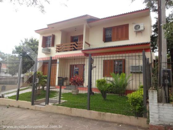 Na Mario Totta, excelente casa com 416,28m² útil, terreno de 11,80 de frente por 61,00 de fundos,  5 dormitórios sendo 1 suíte com banheira hidro, closet, 4 banheiros, 1 lavabo,  amplo living, piso tabuão, sala de jantar, com jardim de inverno, copa cozinha, despensa, lavanderia, sala de tv, 2 sacadas, churrasqueira, casa auxiliar com 1 dormitório, sala, banheiro, churrasqueira,  estacionamento para 6 carros.