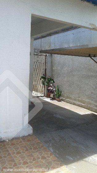 Casa térrea, com 2  (dois) dormitórios, desocupada, no Bairro Santana em Porto Alegre. Com 1 (uma) vaga de garagem, localizada próxima da Avenidas Bento Gonçalves, Azenha, escolas, hospitais, ESPN e  comodidades do Bairro. Podendo ser utilizada para residência e comércio. Com copa cozinha, despensa, área de lazer e lavanderia. Ótima localização. Agende visita com corretor licenciado. Estou disponível no WhatsApp do telefone ao lado.