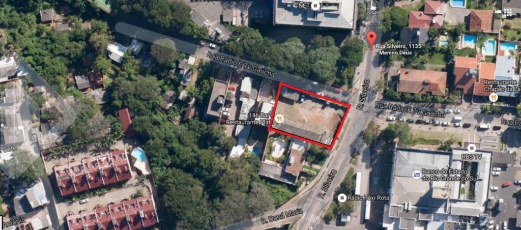 Terreno de esquina (02 frentes), em ponto alto da cidade, junto a grandes empresas, com vista. Proprietárias abertas a propostas.