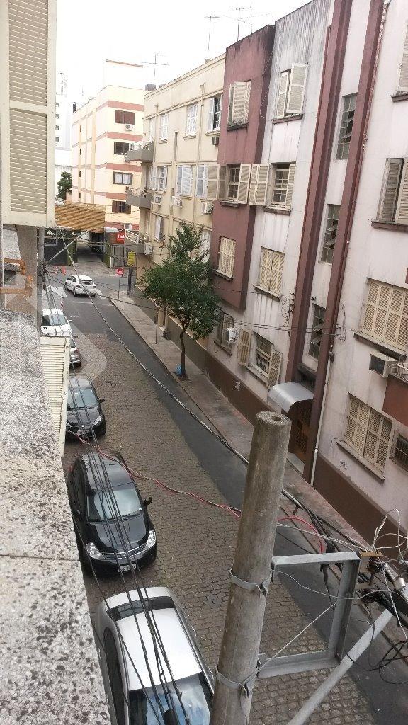 Venha morar na Cidade Baixa,  bairro mais charmoso de Porto Alegre. Raríssimo apto perto da UFRGS com peças amplas de 3 Dorm, cozinha, sala de jantar, living para 3 ambientes, armários em dois dormitórios, área de serviço, banheiro aux. piso de parquet bem conservado em rua mto calma. Mto perto da UFRGS do Zaffari, Cinemas, Bancos, Farmácias, condução fácil para todos os locais de Porto Alegre.