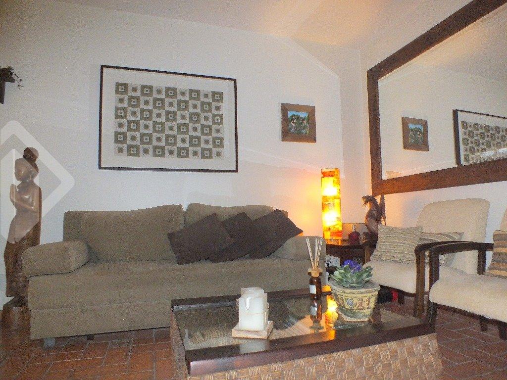 AUXILIADORA PREDIAL - Ag. Bela Vista vende...  LOFT DE REVISTA!  Perfeito para quem busca localização aliado a um imóvel com estilo próprio.    Em um prédio discreto e charmoso com poucas unidades, esse apartamento de 2 dormitórios (transformado em 1), totalmente REFORMADO, de fundos (SILÊNCIO TOTAL), com 90 m² de área (incluindo terraço), semi mobiliado, possui projeto muito diferenciado, estilo LOFT onde os ambientes são conjugados, dando uma sensação de amplitude e modernidade. O amplo living, abriga 3 ambientes bem distintos (estar, jantar e espaço tv), todo com piso em tijolo rústico (IMPERMEABILIZADO), e detalhes no teto com claraboia. Cozinha americana montada, integrada a sala, formando um ambiente muito agradável, perfeito para receber convidados. Dormitório extremamente aconchegante, conjugando closet e web space em um mesmo ambiente com uma vista incrível para um pátio harmonioso e agradável, idealizado para momentos de relaxamento e descontração. Banheiro social e  1 vaga de garagem, coberta e escriturada.    Prédio possui monitoramento por CFTV, baixo custo condominial (R$ 280,00) e está localizado em um dos bairros mais valorizados da cidade (MONT SERRAT), com total infraestrutura, situado nas proximidades do ZAFFARI da Anita em meio à academias, postos de abastecimento, restaurantes, pet shops, farmácias, salões de estética, comércio local e farta rede de transporte público.   Envie agora um e-mail ou ligue e agende sua visita neste ou qualquer outro imóvel da Auxiliadora Predial com o corretor indicado abaixo, também disponível pelo WhatsApp. Adicione o número ao lado.