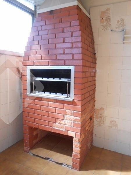 Apartamento 2 dormitórios com área externa (não é térreo). Cozinha, dependência e banheiro auxiliar.