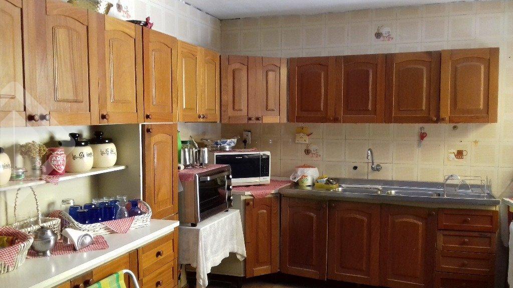 Ótima casa de 391m², no Bairro Nonoai com 5 dormitórios (sendo 2 suítes), sala de jantar, sala de estar com sacada, lareira, cozinha, dependência, churrasqueira no piso superior fechado junto com lavanderia. Terraço com 100m2 privativos aberto.