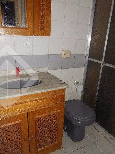 Aptº 1 dormitório com split e ventilador de teto, living 2 ambientes, cozinha americana mobiliada e com máquina de lavar roupa. Área externa com churrasqueira.
