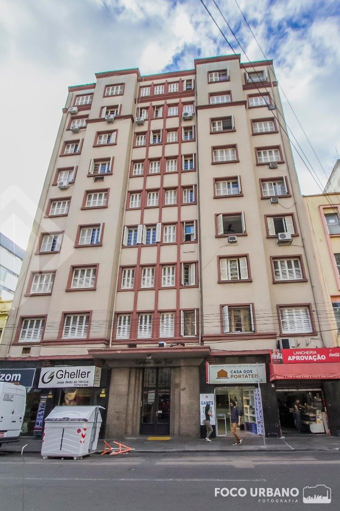 Apartamento  3 dormitórios, sendo uma suíte, no Centro de Porto Alegre. Trata-se de imóvel amplo com todas as peças de ótimo tamanho, antigo, arejado, ensolarado, prédio com elevador e portaria 24 horas. A localização do imóvel é excelente pois na região existem Supermercados, Hospitais, Colégio, todo o tipo de Comércio. Local bem servido de transporte público.  Próximo a tudo o que se precisa. Ideal para quem trabalha no Centro.