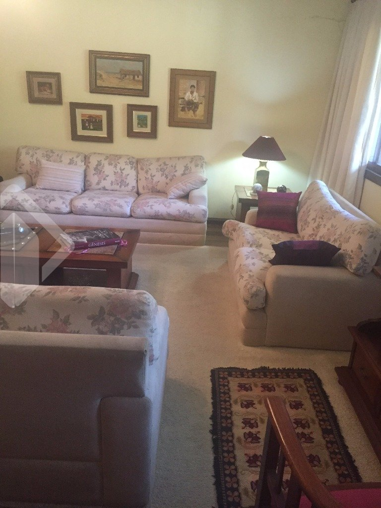 Casa em Alvenaria ensolarada, com 4 dormitórios sendo 2 suíte, living 2 ambientes. Churrasqueira, salão de festas, pátio com piscina.