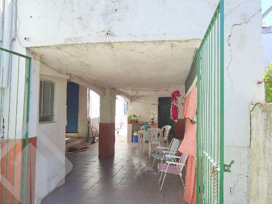 Terreno com casa de madeira nos fundos, garagem com churrasqueira em alvenaria. Terreno com muro e grade, ideal para comercial ou indústria